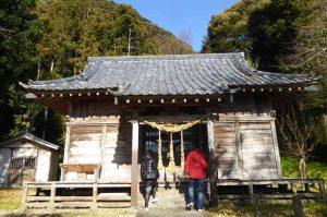 八雲神社に参拝するカップルの画像