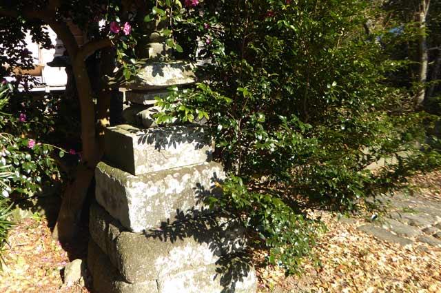 八雲神社石灯籠の画像(左側)