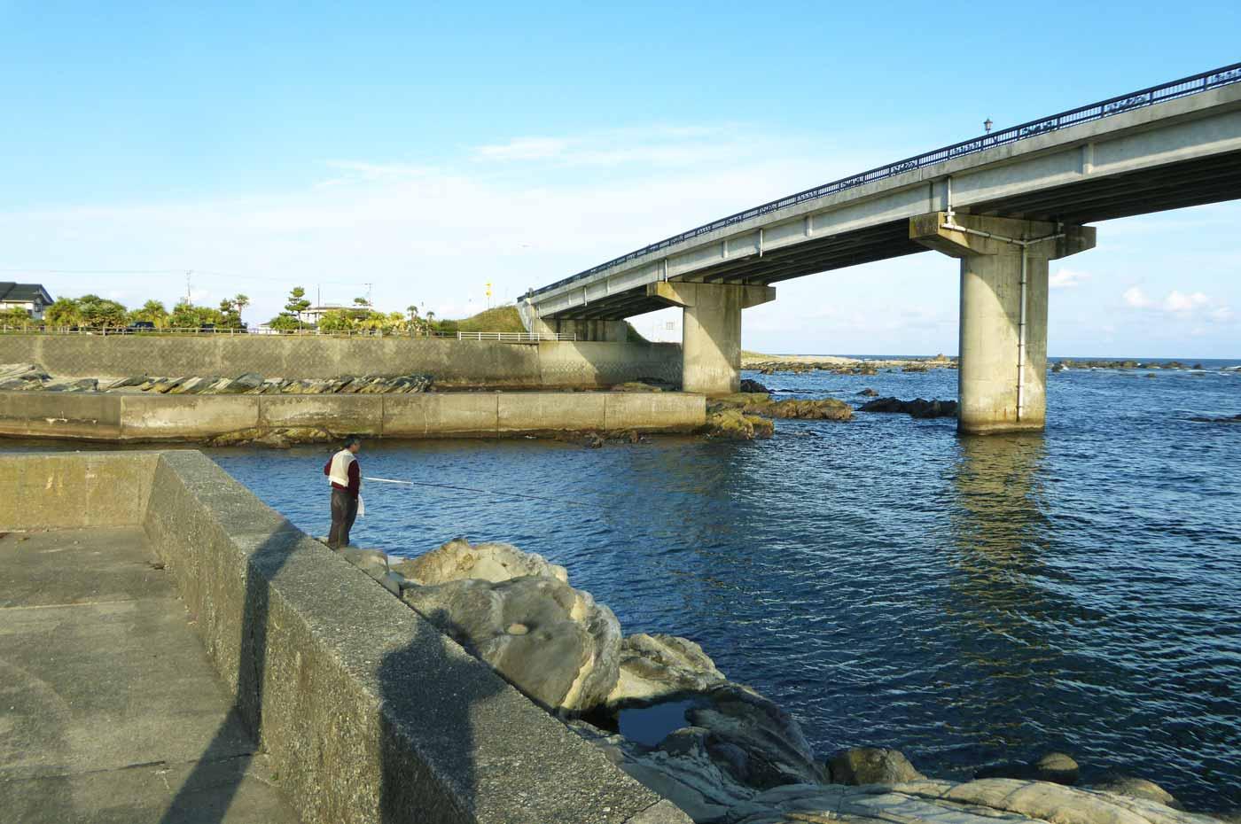 白間津港岸壁横の磯