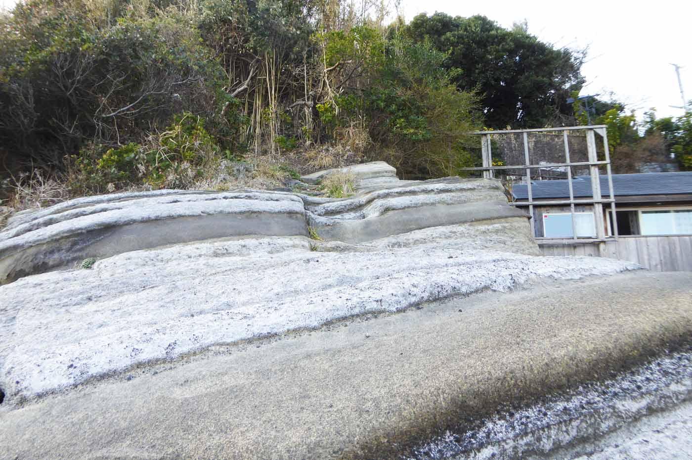 丸山堤防への岩場