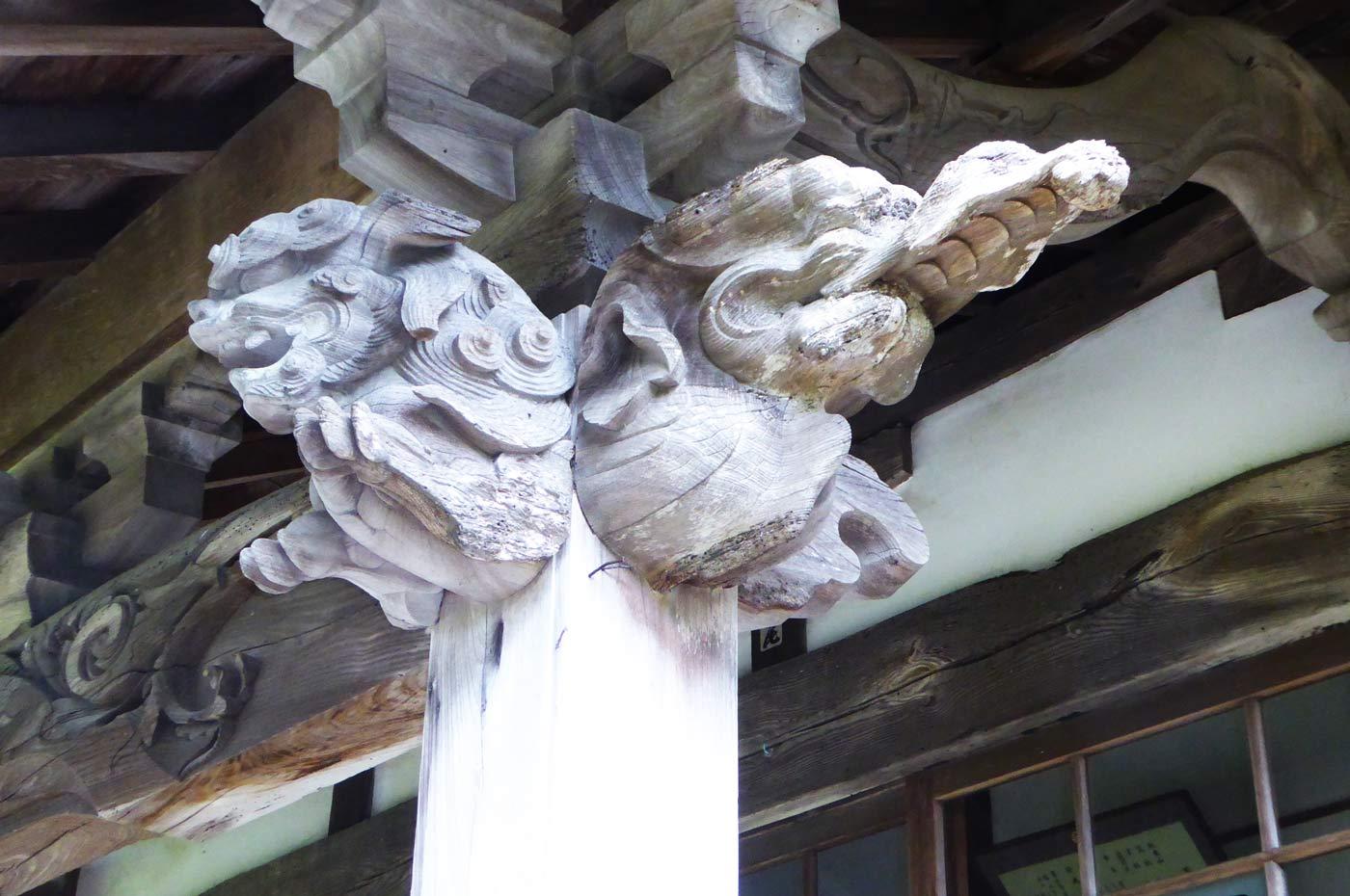 本堂向拝の獅子の彫刻(右)