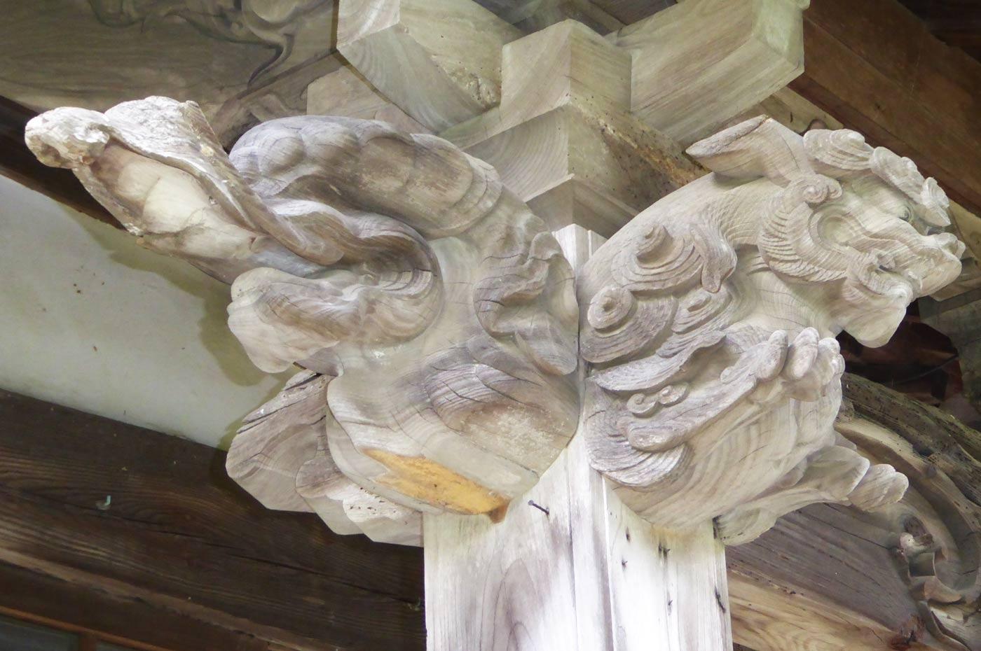 本堂向拝の獅子の彫刻(左)