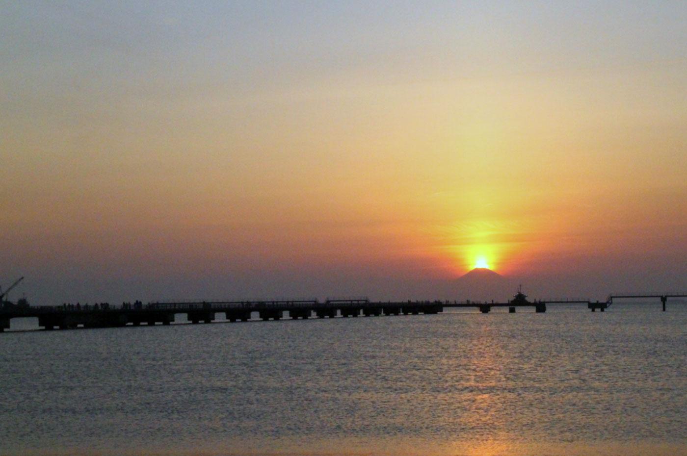 北条海岸、館山総合高校水産校舎前からのダイヤモンド富士