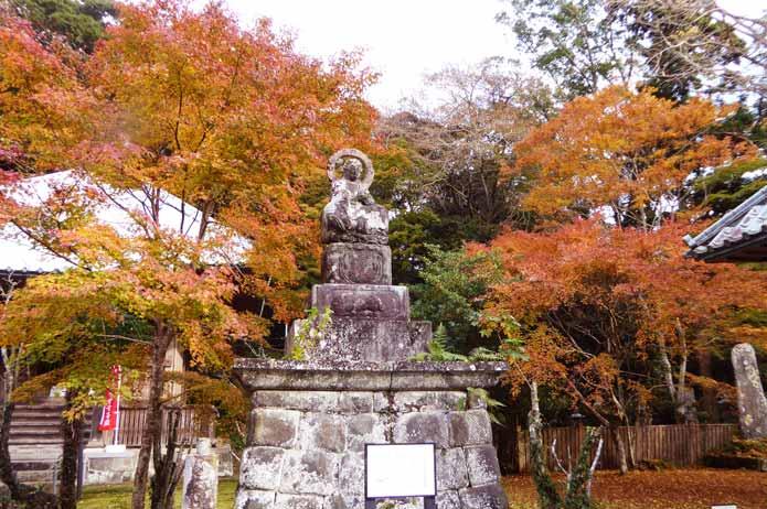 小松寺の地蔵と銀杏の画像