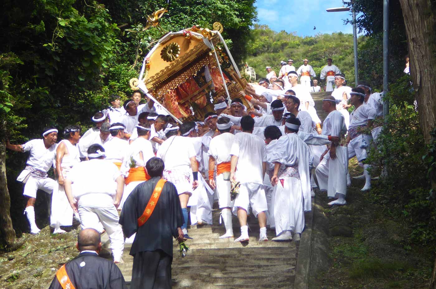 洲崎神社の大神輿 左へ傾く
