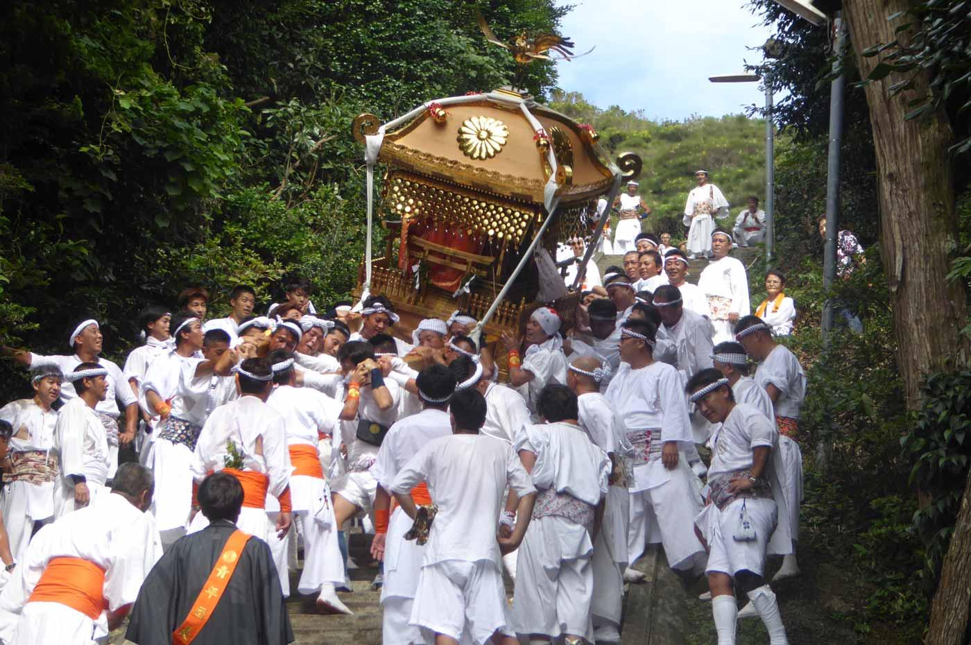 洲崎神社の大神輿 右へ傾く