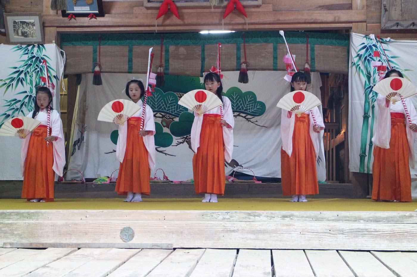 賀茂神社の花踊り扇の舞い