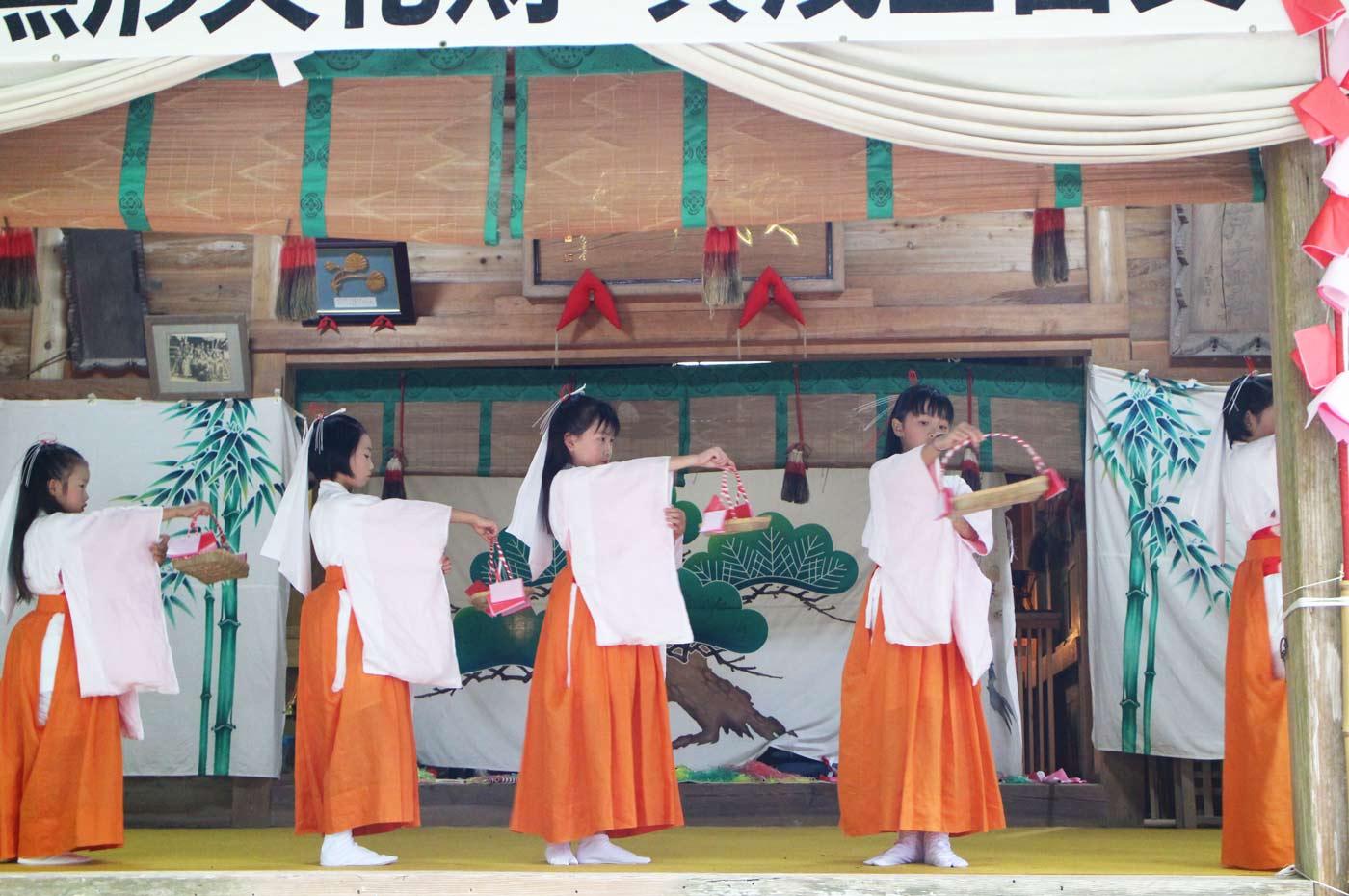 賀茂神社の花踊り手籠の舞い