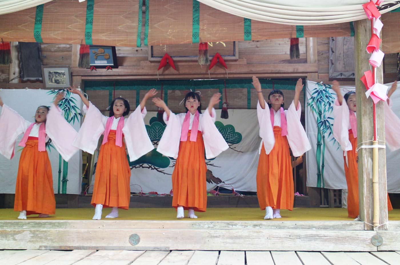 賀茂神社の花踊り手拭の舞い