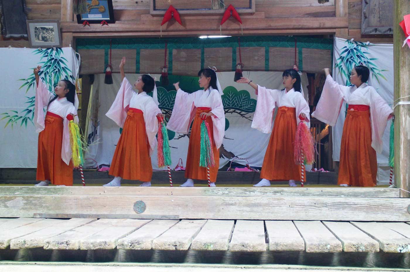 賀茂神社の花踊り飾り棒の舞い