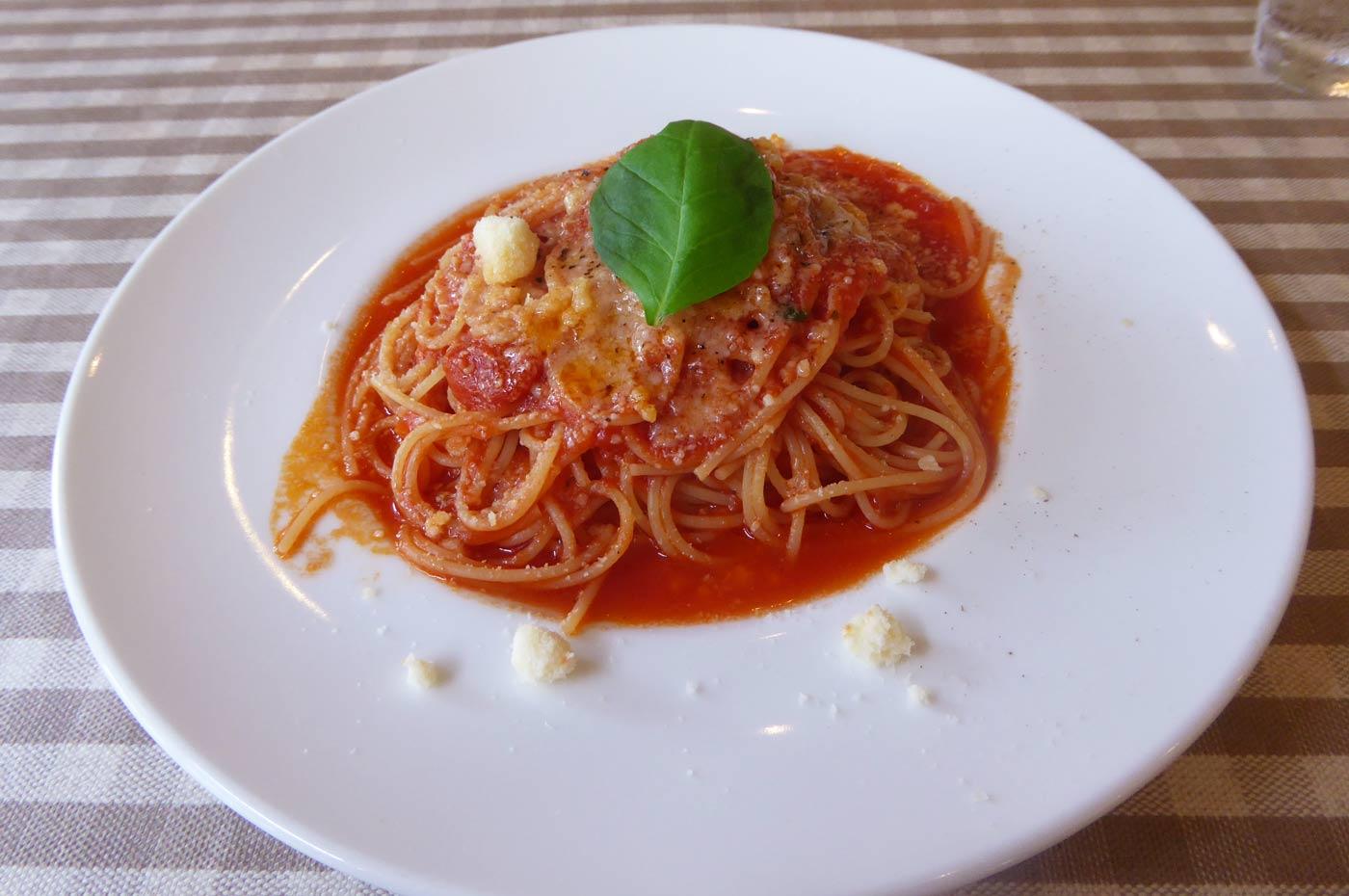 BUONO自 家製トマトソースとバジルのスパゲッティ