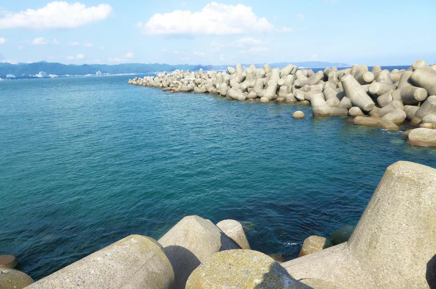 堤防先端の離れテトラ周辺のポイント