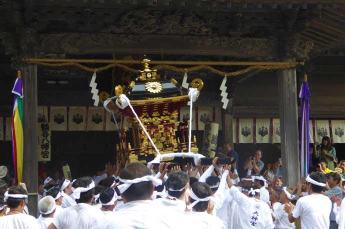 安房神社の神輿が八幡神社へ入祭
