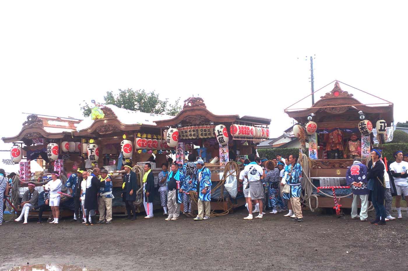 広場に集結した正木の屋台