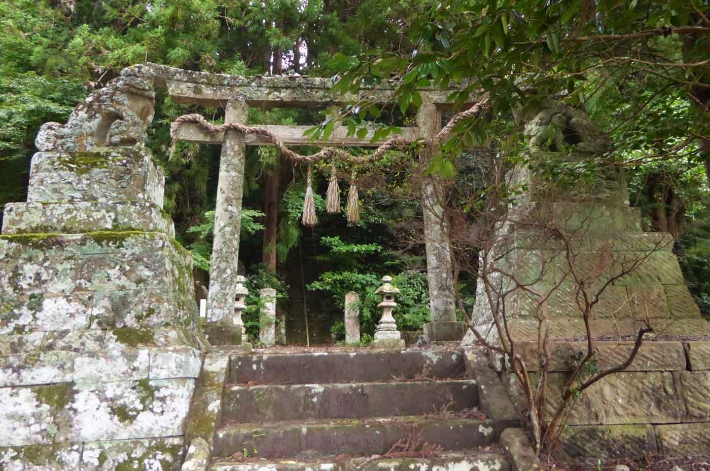 白滝不動教会への長い階段