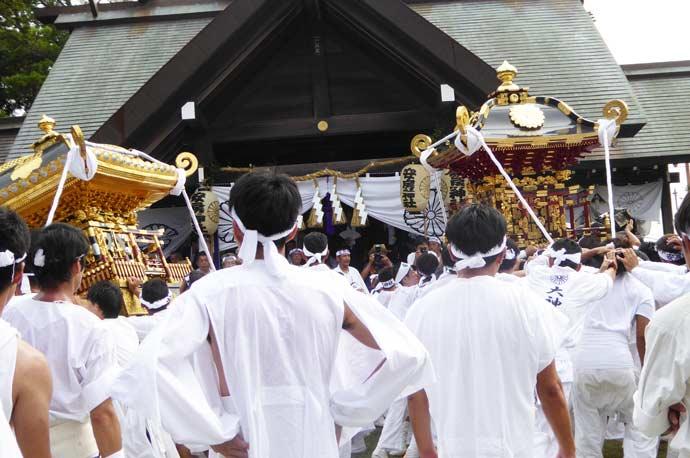 洲宮神社の神輿と安房神社の神輿
