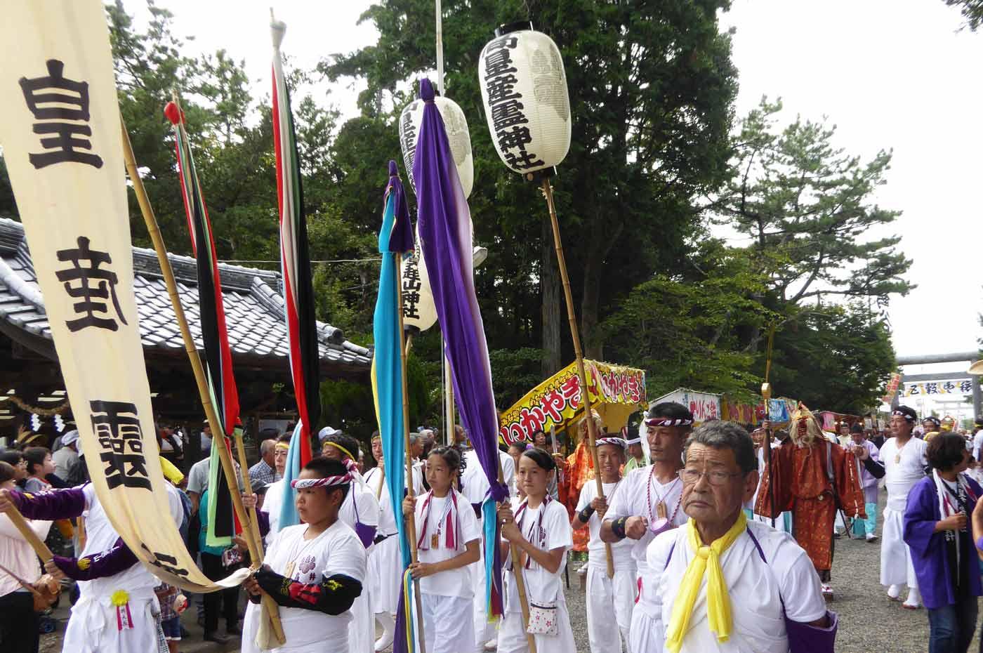 境内に入る高皇産霊神社の行列の画像