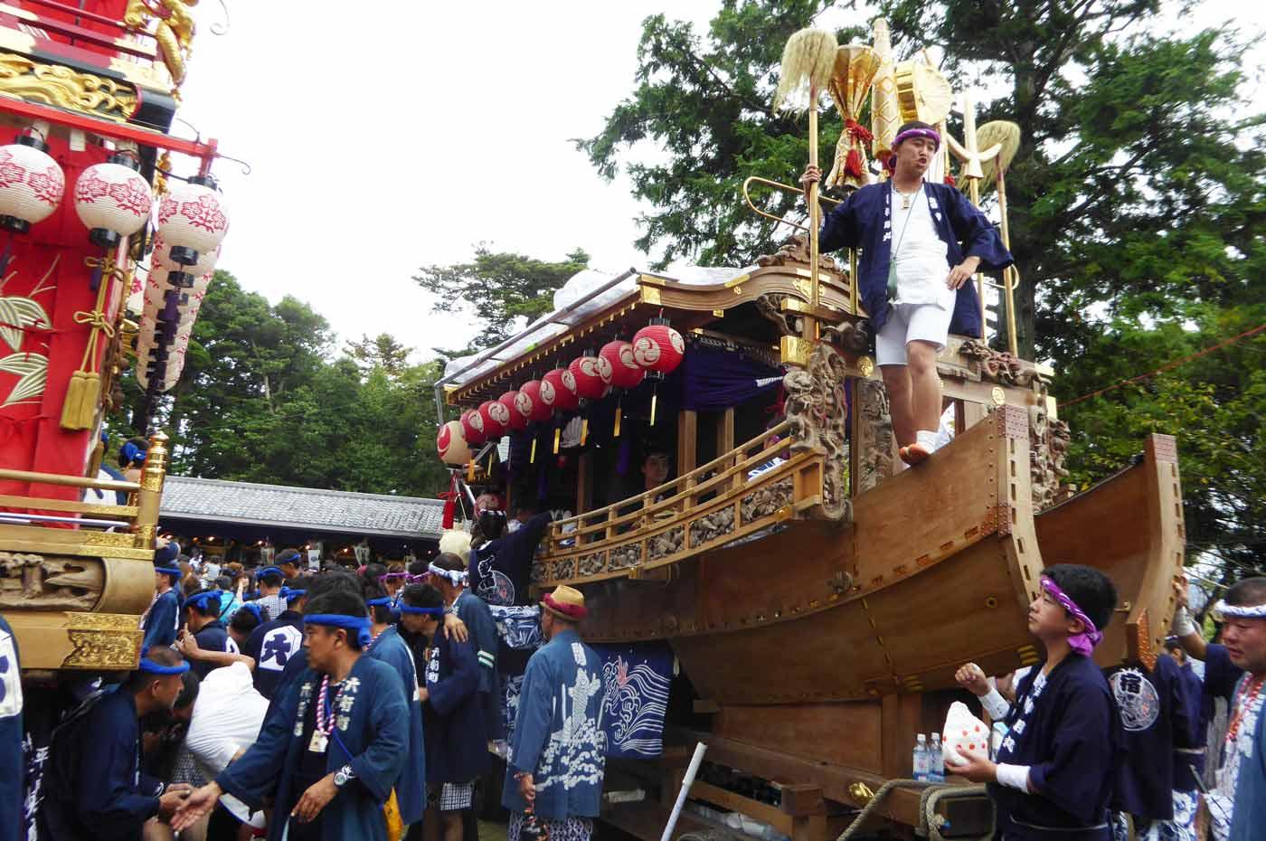 新宿の御舟に立つ若衆