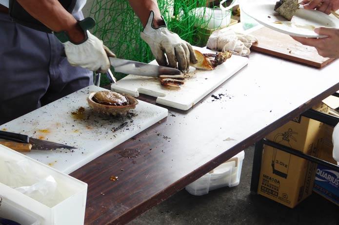 海鮮バーベキュー アワビを切り分ける