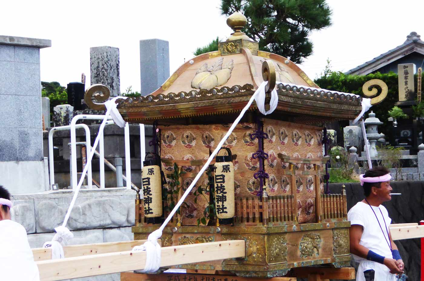 茶色い屋根の神輿
