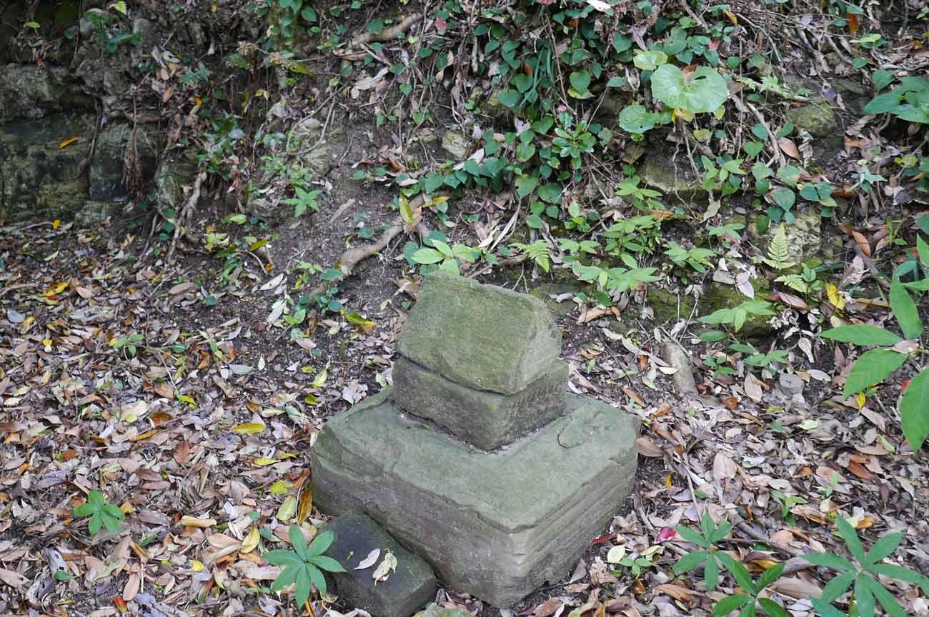 拝殿右の石祠の画像