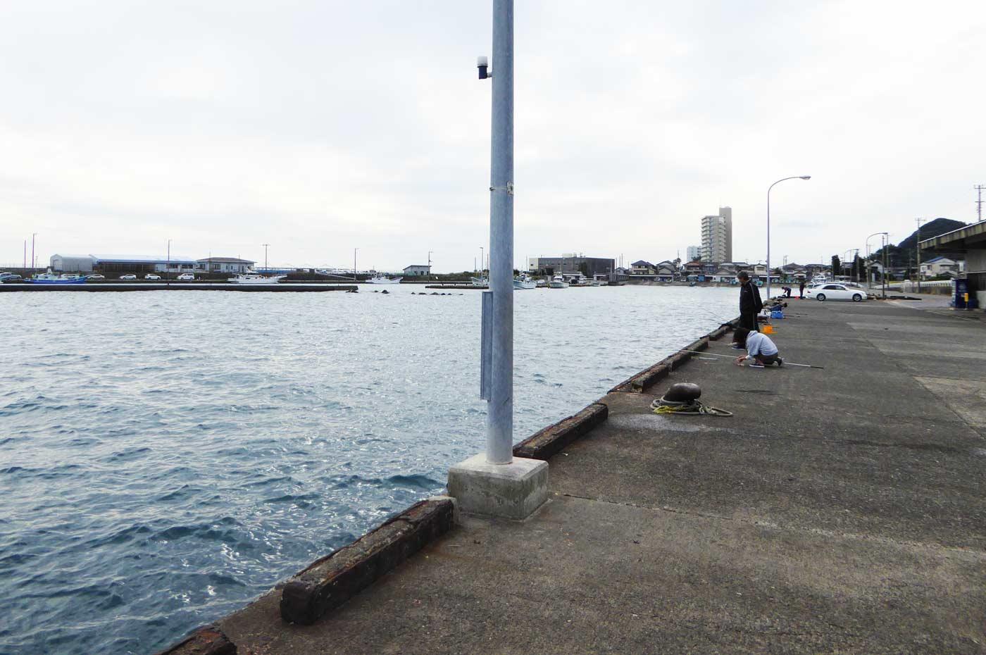 乙浜港の市場前の岸壁