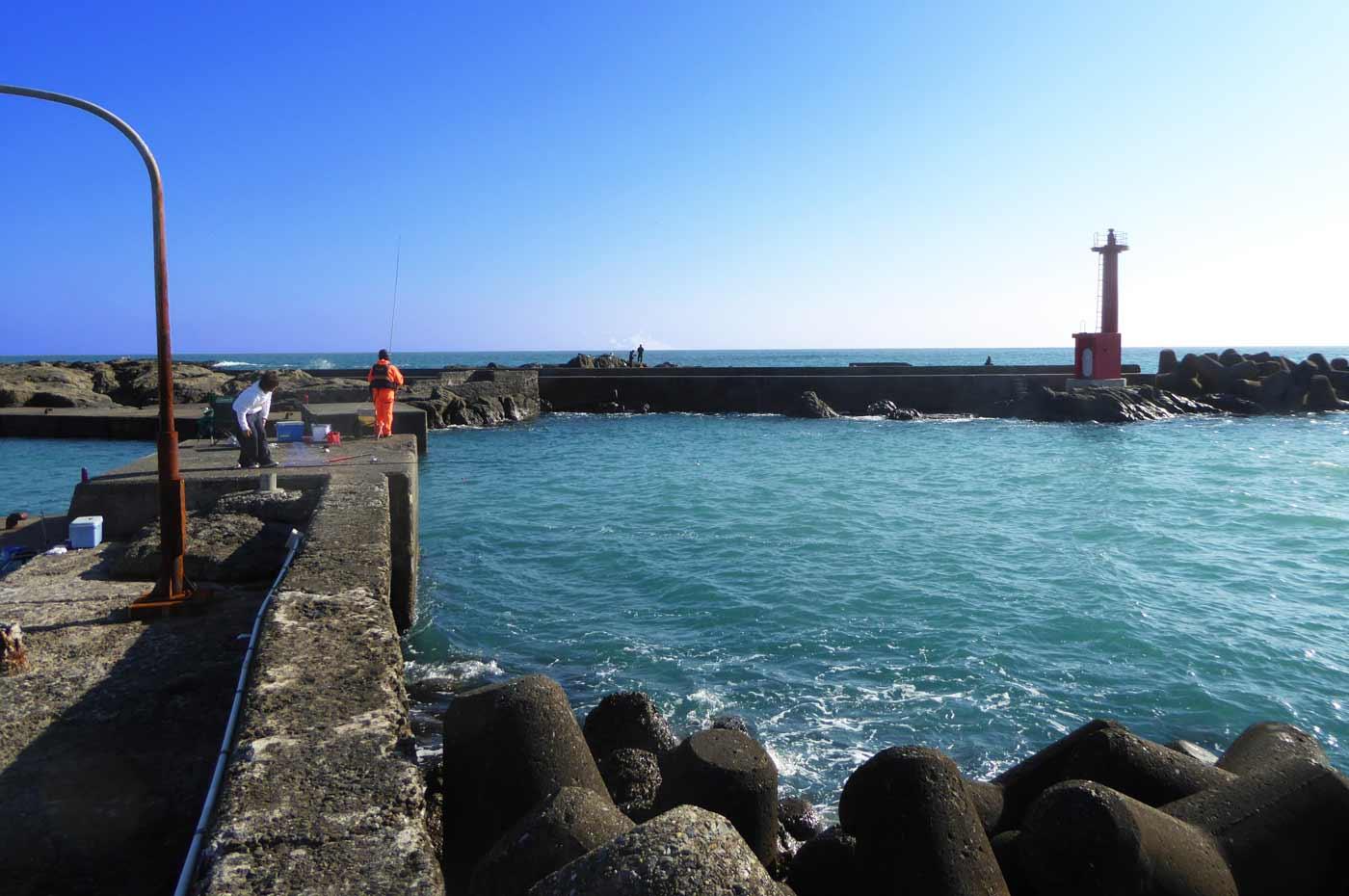 江見港の右側の堤防