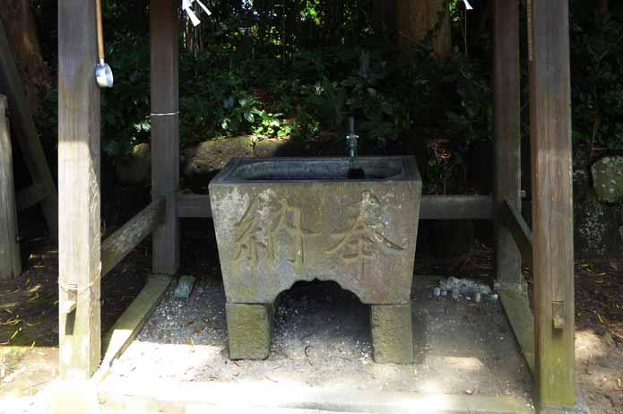 海南刀切神社の手水石
