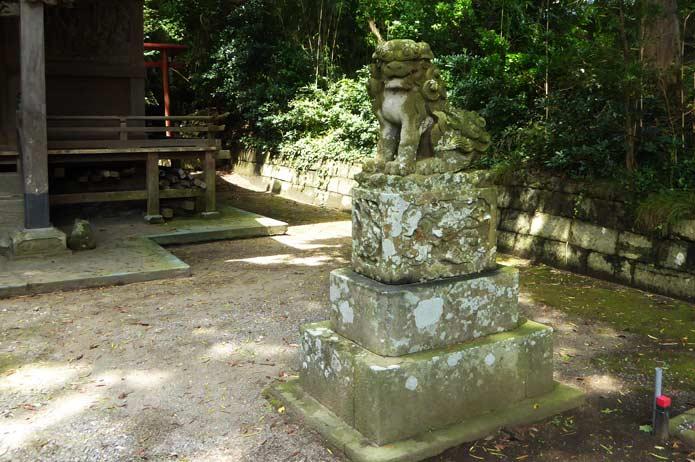 海南刀切神社のの狛犬(左)