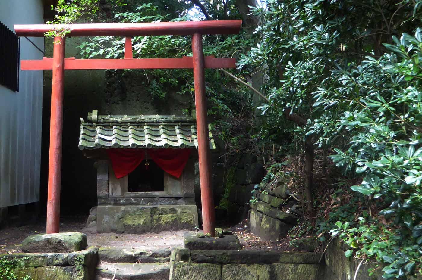 海南刀切神社拝殿右の稲荷神社