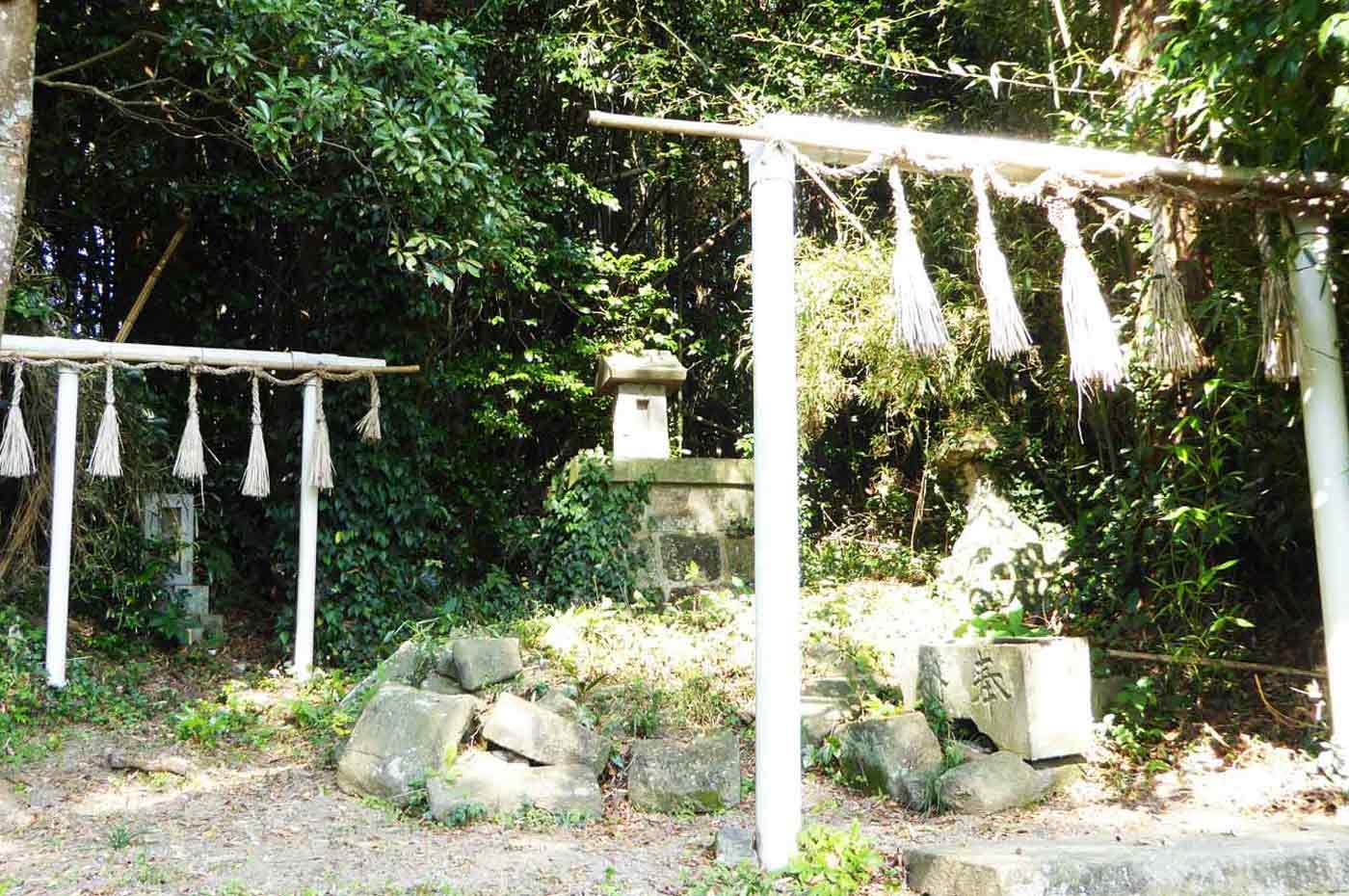 本殿裏の古い神社