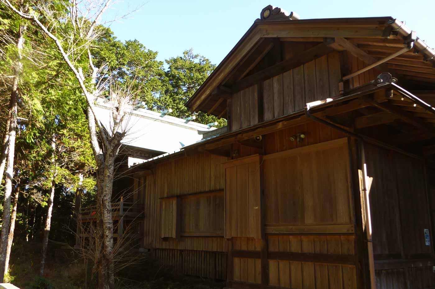 山荻神社の拝殿と本殿