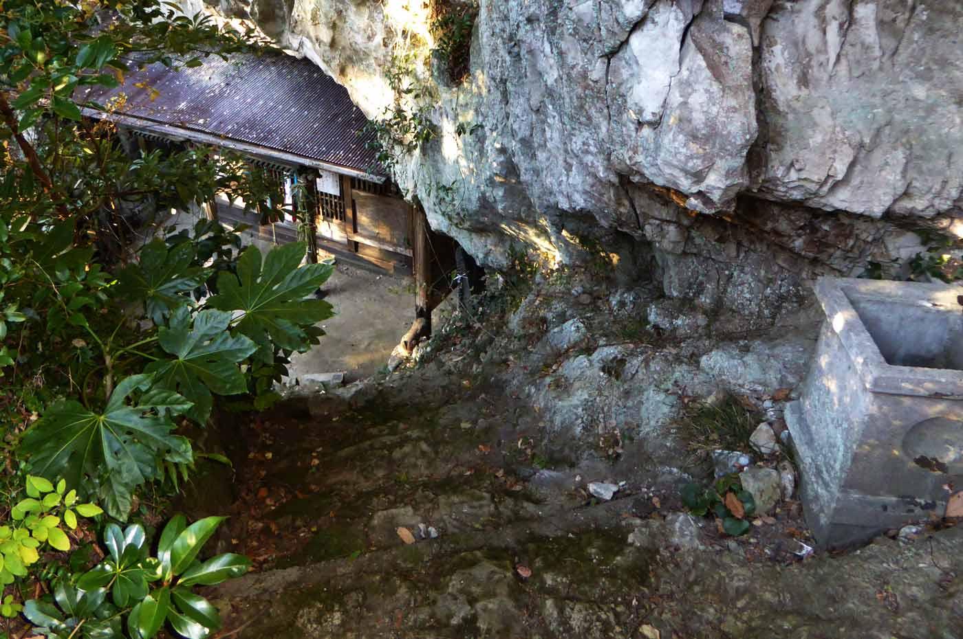 波切不動尊へ続く階段の画像