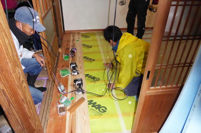 床板を剥がす作業