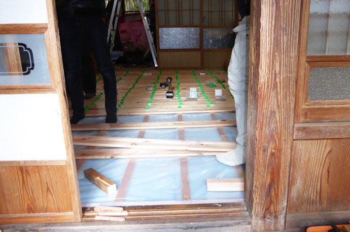 床の断熱材を入れる様子