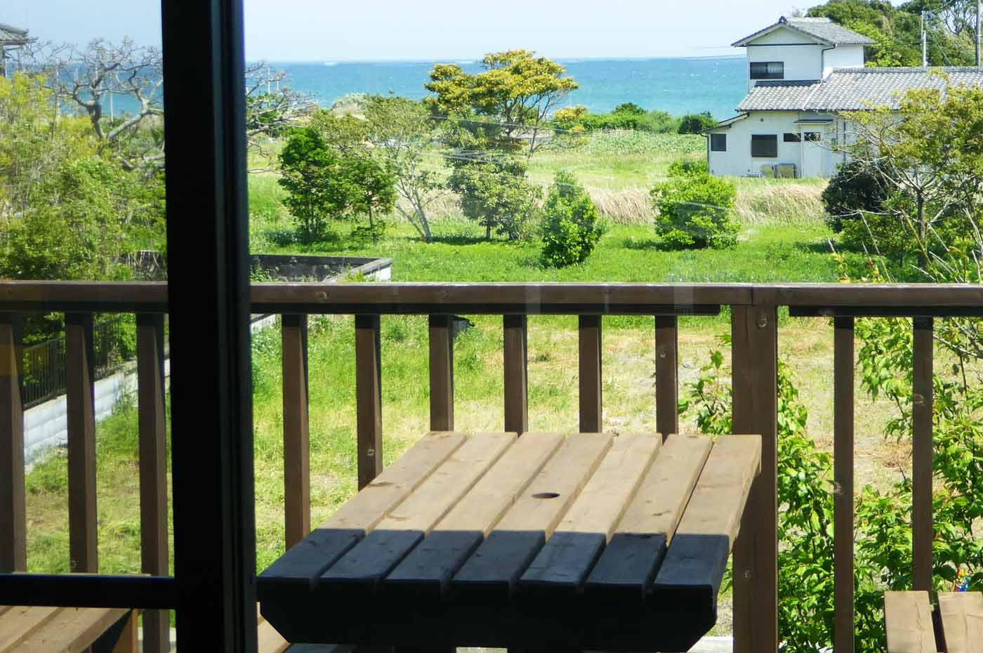 オープンカフェから海を望む