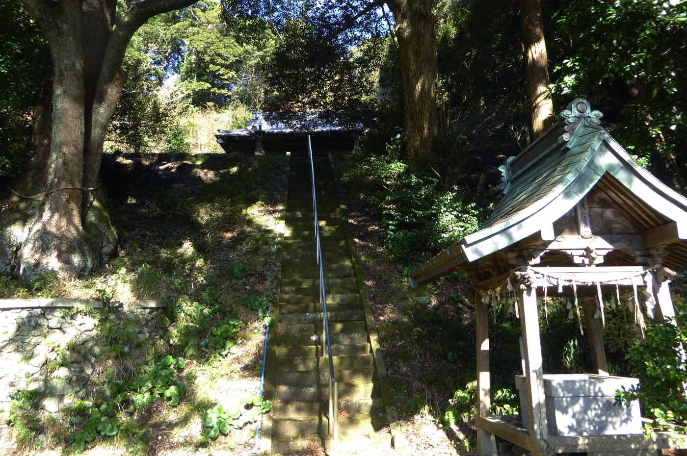 拝殿への階段の画像