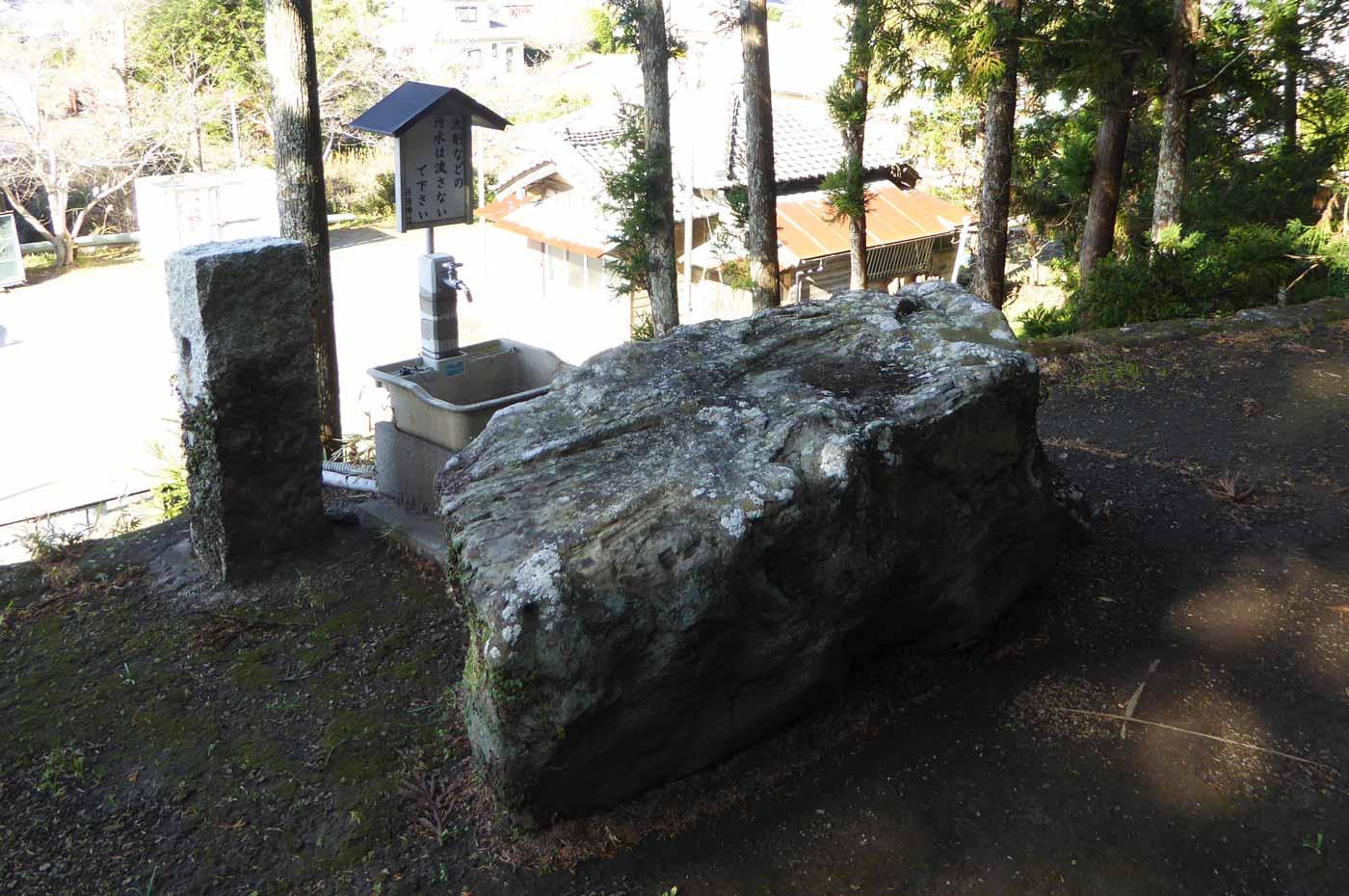 拝殿前の大岩の画像