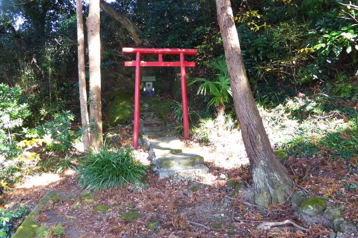 拝殿左の稲荷神社