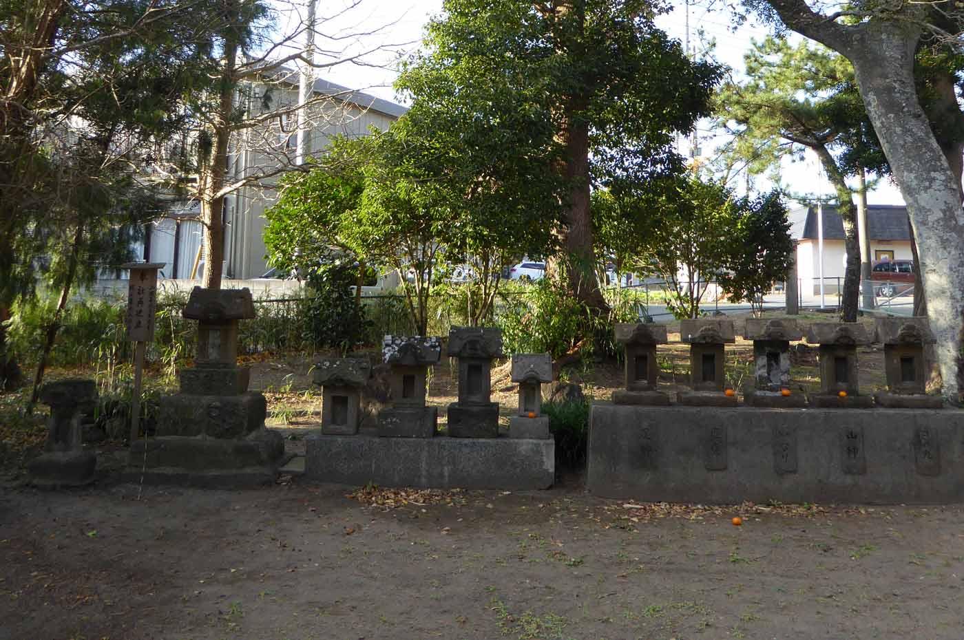 拝殿左の石祠