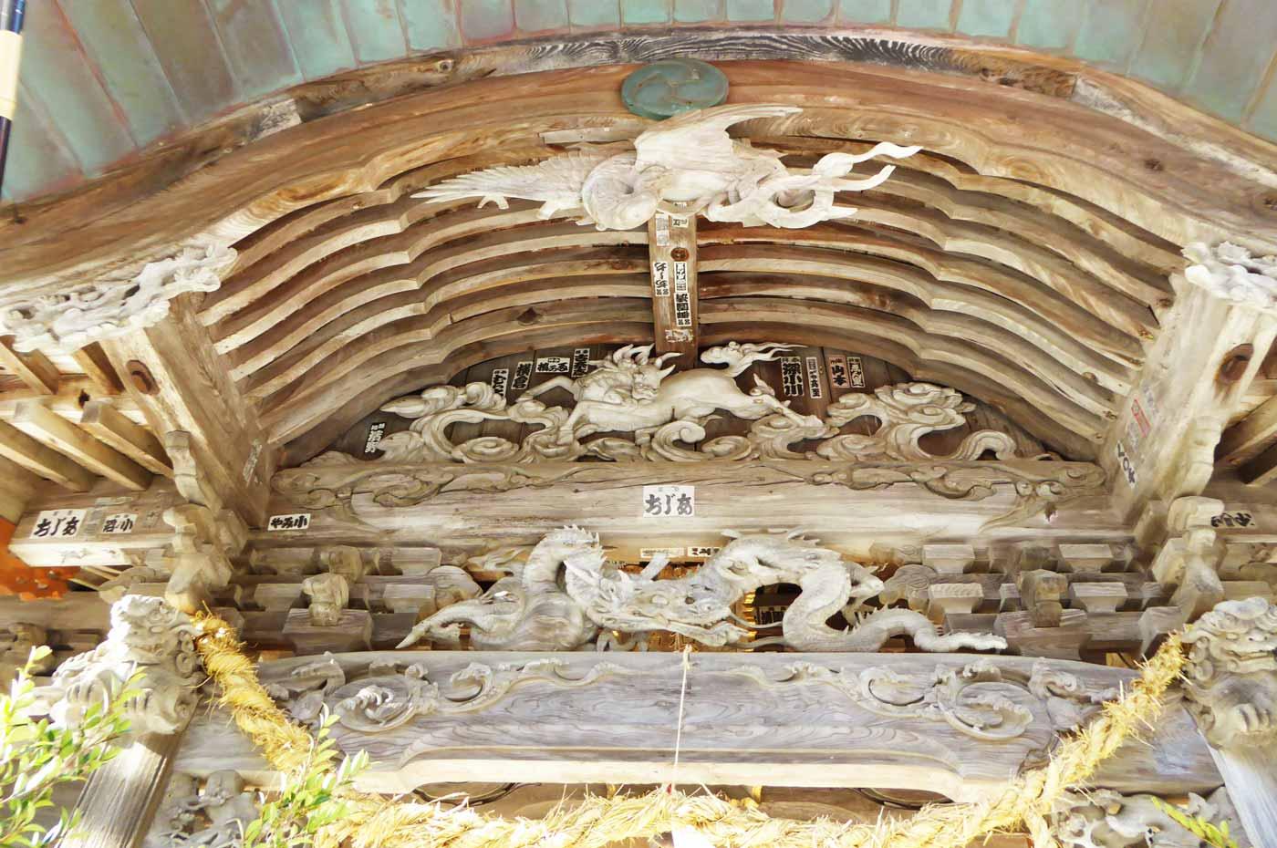 向拝の龍の彫刻