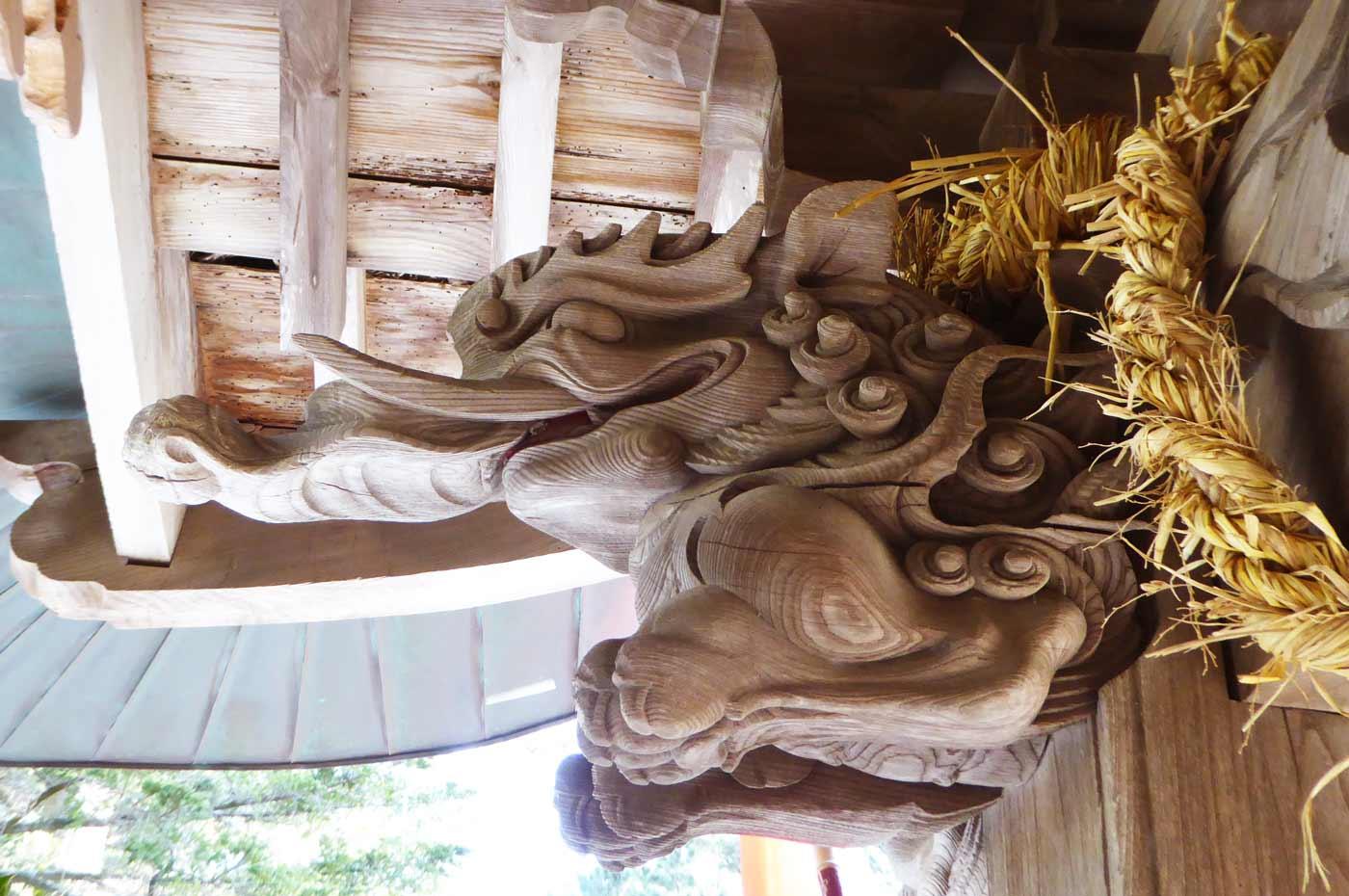 向拝の木鼻の彫刻