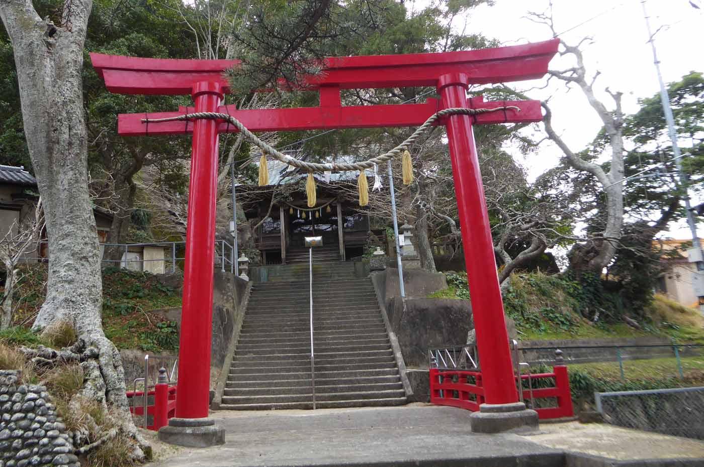 小湊神社の鳥居と拝殿
