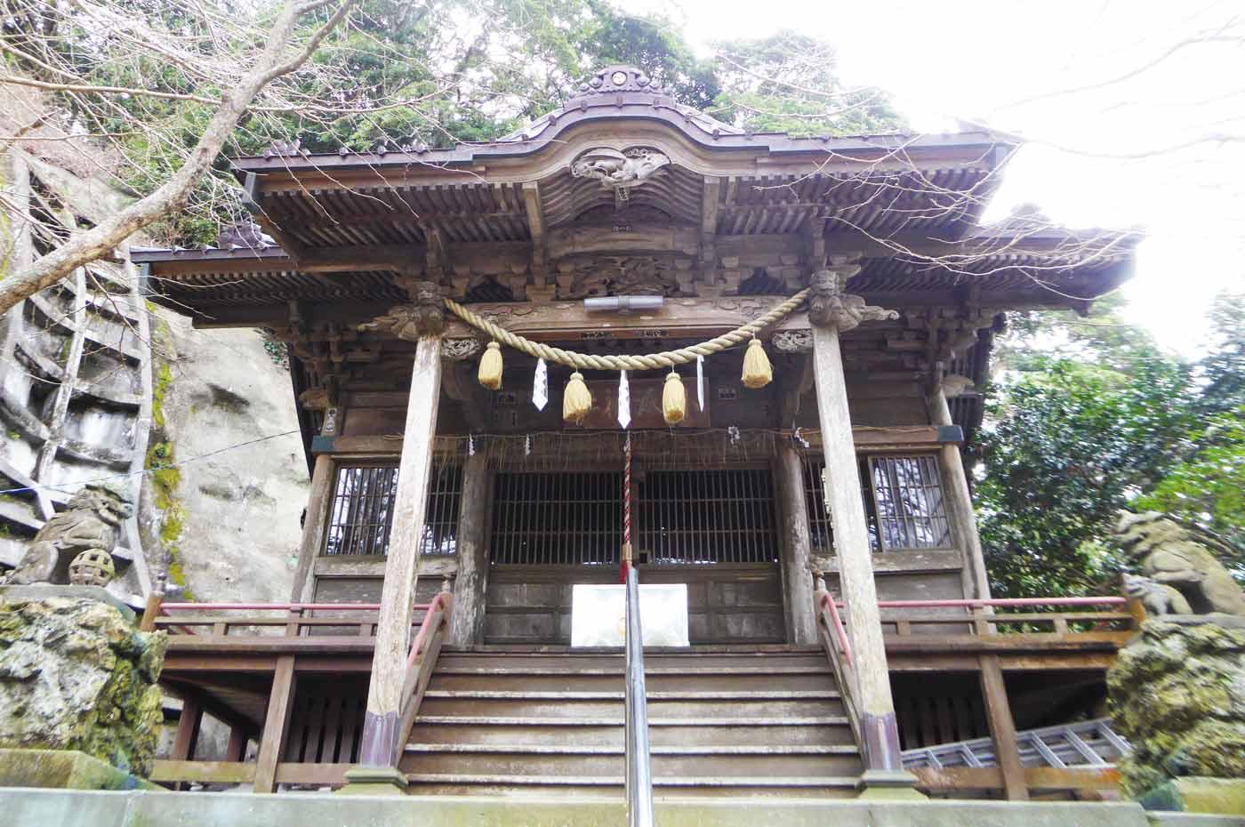 小湊神社拝殿アップ
