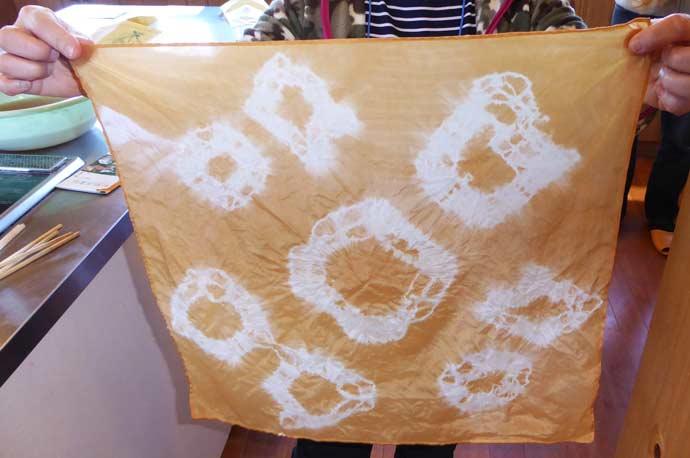 枇杷の葉染めのハンカチーフの画像