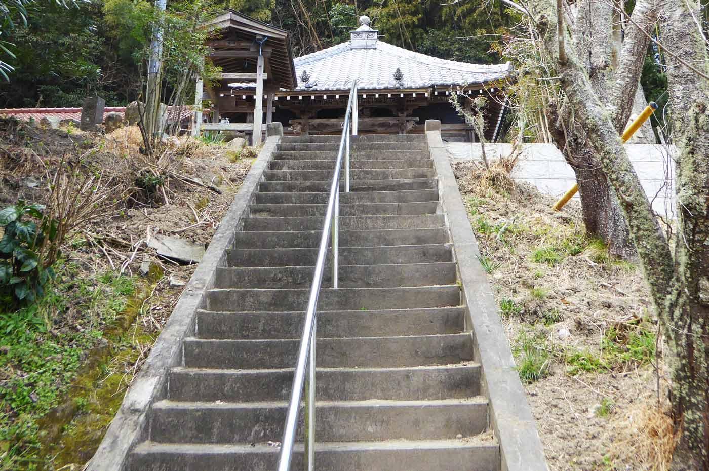 本堂までの階段