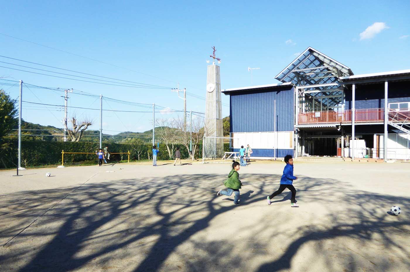 神余小学校で遊ぶ子供たち