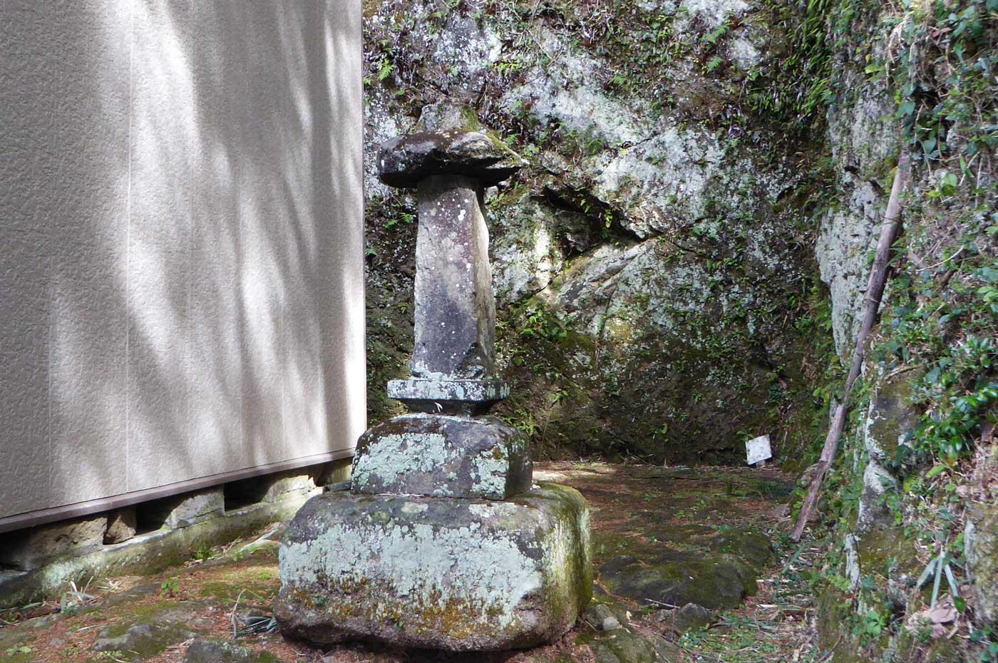拝殿右側の石碑
