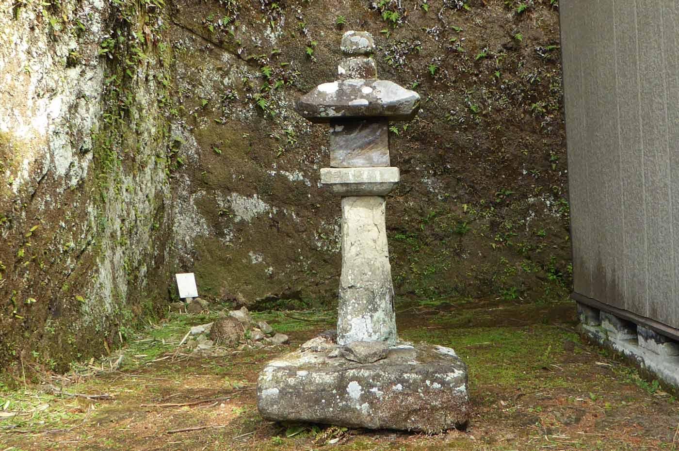 拝殿左側の石碑