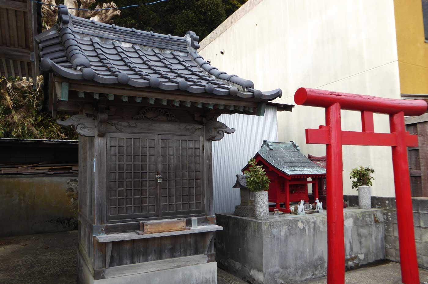 拝殿の右の稲荷神社画像